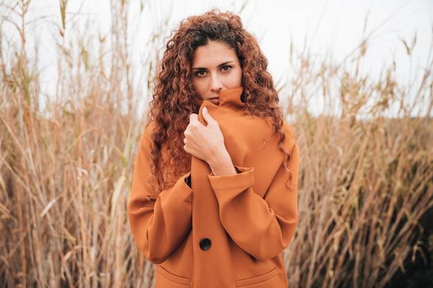 Coup moyen femme en trench-coat