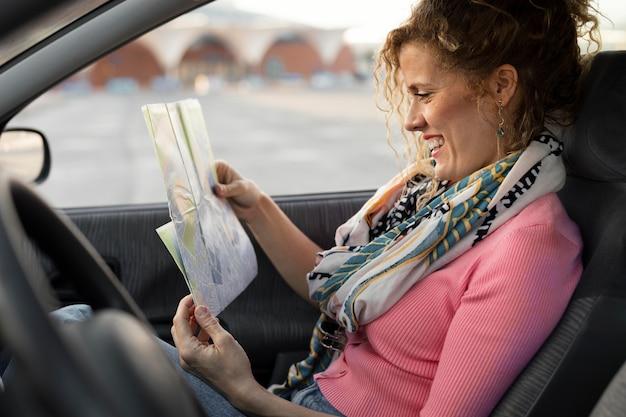 Coup moyen femme en voiture
