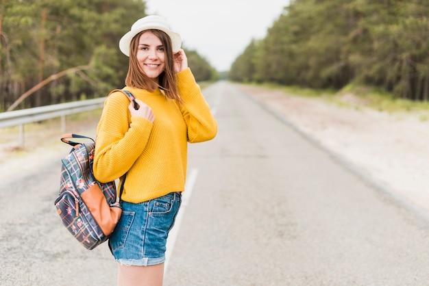 Coup moyen de femme voyageant sur la route