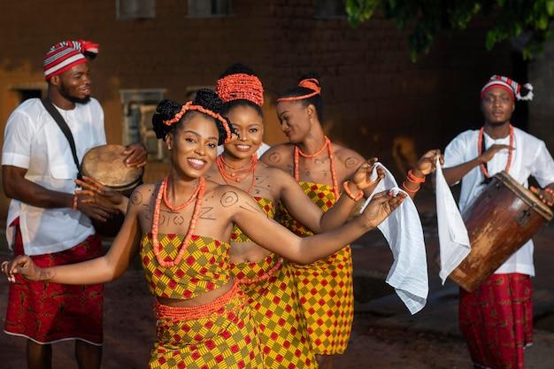 Coup moyen femmes dansant à la fête