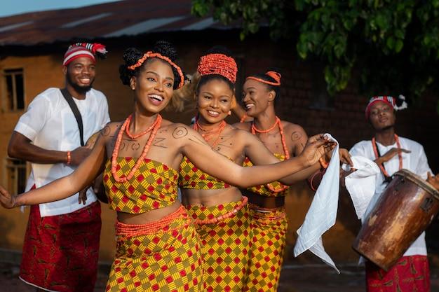Coup moyen femmes dansant
