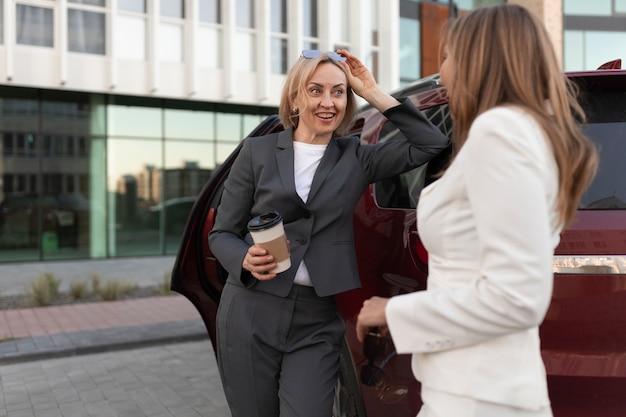 Coup moyen femmes discutant à l'extérieur