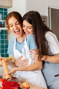 Coup moyen des femmes heureuses cuisinant