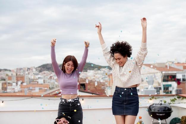 Coup moyen femmes heureuses faisant la fête