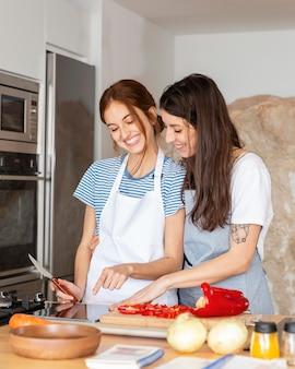 Coup moyen des femmes heureuses avec de la nourriture
