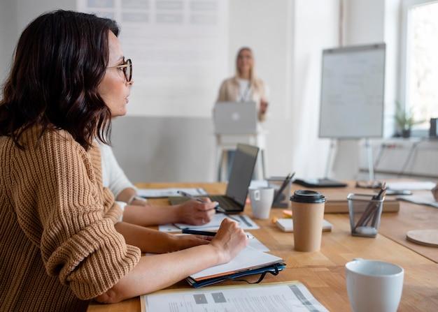 Coup moyen des femmes lors d'une réunion d'affaires