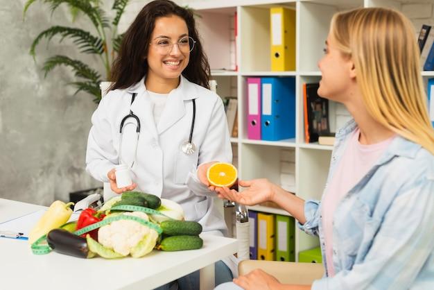 Coup moyen femmes parlent de fruits