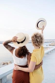 Coup moyen femmes portant des chapeaux