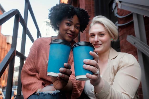 Coup moyen femmes tenant des tasses