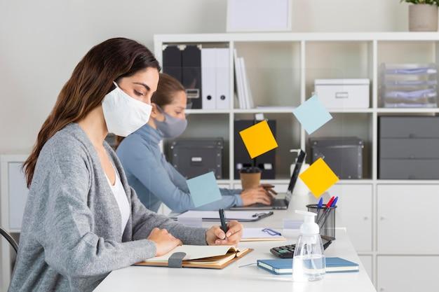 Coup moyen femmes travaillant