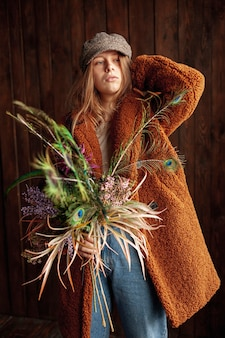 Coup moyen fille avec des fleurs qui posent