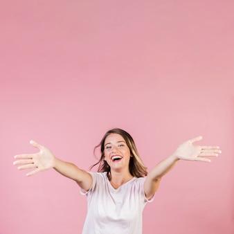 Coup moyen fille heureuse avec les bras ouverts