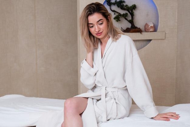 Coup moyen fille avec robe de bain à l'intérieur