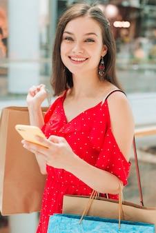 Coup moyen fille souriant à la caméra