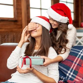 Coup moyen fille surprenant mère avec cadeau