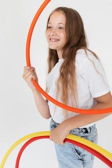 Coup moyen fille tenant des cercles
