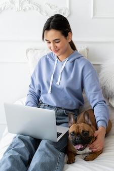Coup moyen fille tenant un ordinateur portable