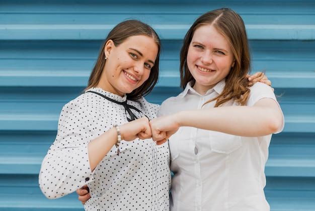 Coup moyen filles heureux d'être ensemble