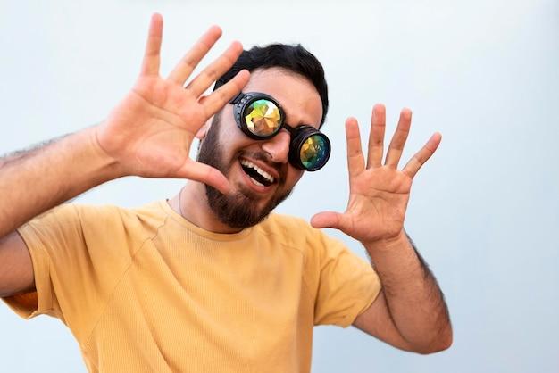 Coup moyen garçon portant des lunettes de soleil