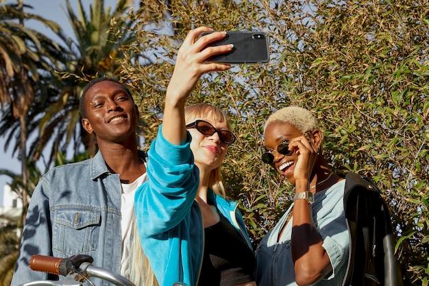 Coup moyen des gens heureux prenant selfie