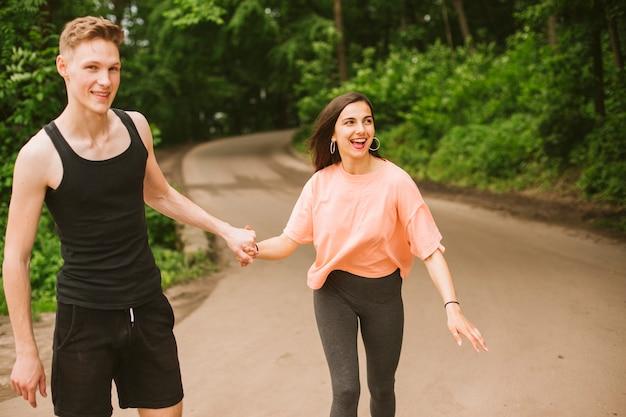 Coup moyen des gens heureux tenant par la main