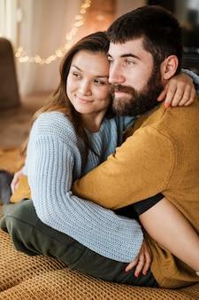 Coup moyen heureux couple étreindre