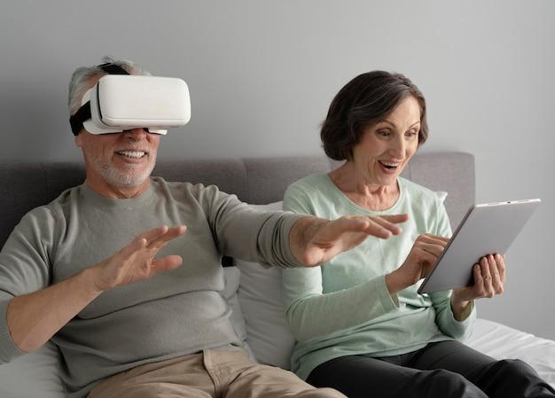 Coup moyen heureux couple de personnes âgées