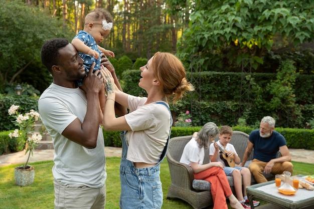 Coup moyen heureux parents tenant bébé