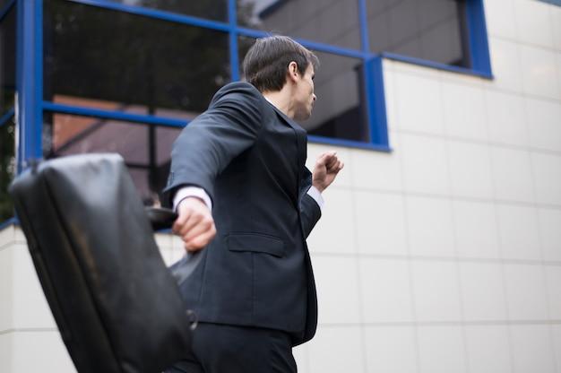 Coup moyen d'homme d'affaires en cours d'exécution