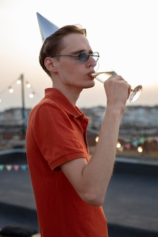 Coup moyen homme buvant du champagne