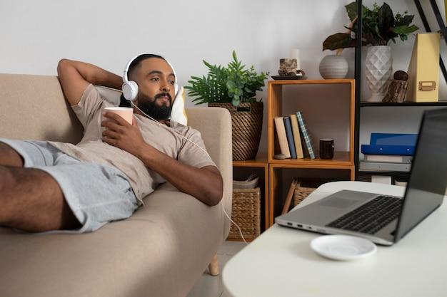 Coup moyen homme sur canapé avec un casque