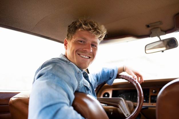 Coup moyen homme conduisant une voiture