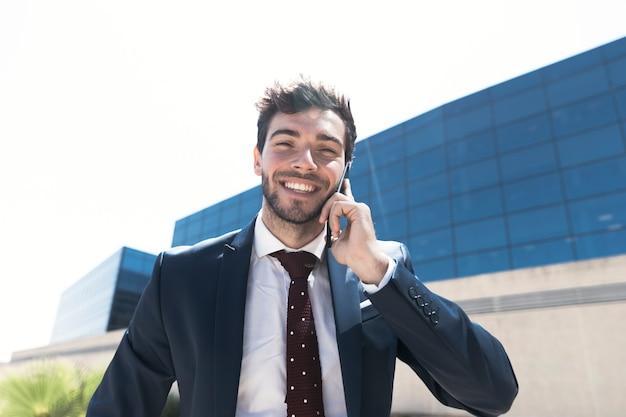 Coup moyen homme en costume parlant au téléphone