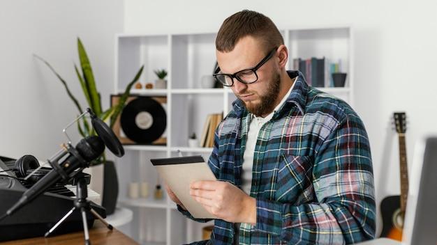 Coup moyen homme écrit sur ordinateur portable
