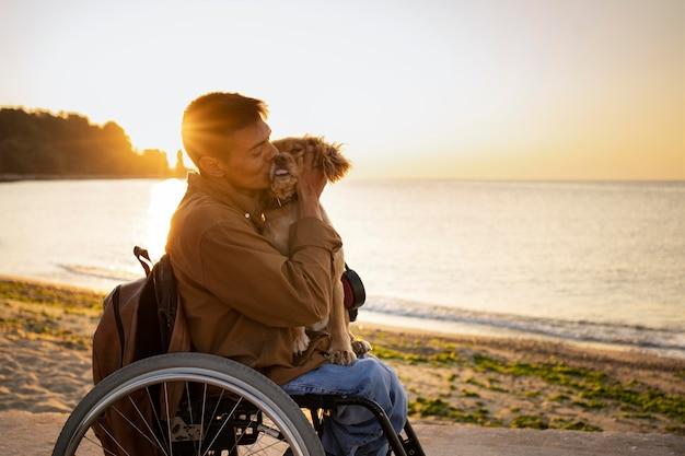 Coup moyen homme embrassant un chien mignon
