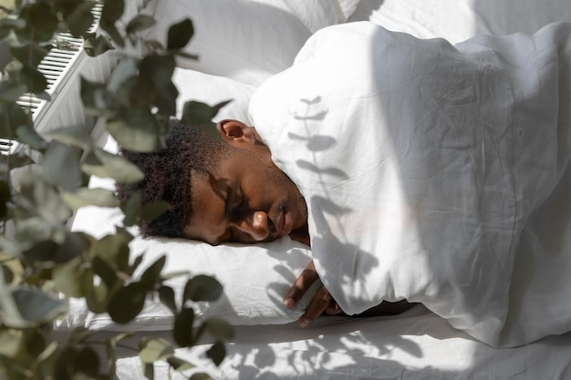 Coup moyen homme endormi