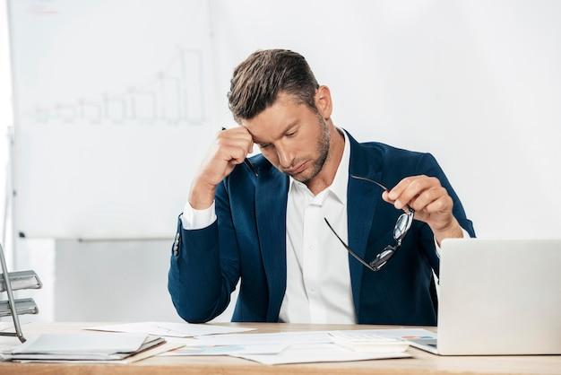 Coup moyen homme fatigué au bureau