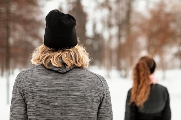 Coup moyen homme et femme à l'extérieur