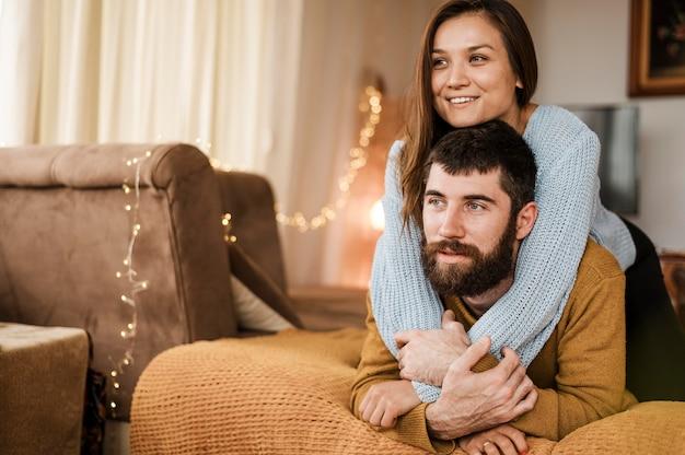 Coup moyen homme et femme heureux à la maison