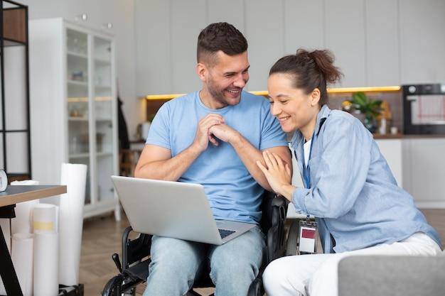 Coup moyen homme et femme avec ordinateur portable