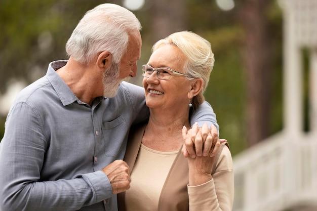 Coup moyen homme et femme se tenant la main