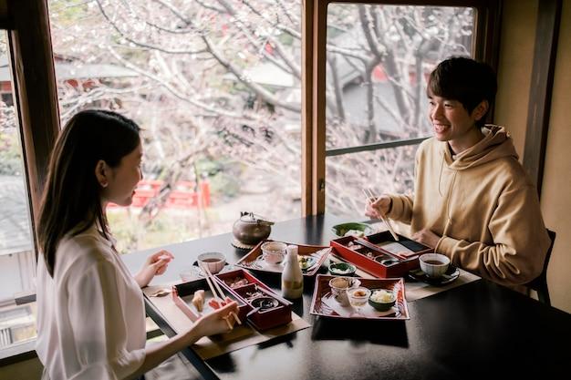 Coup moyen homme et femme à table