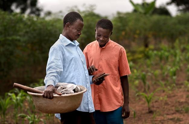 Coup moyen homme et garçon avec smartphone