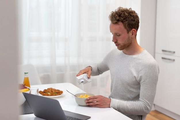 Coup moyen homme mangeant
