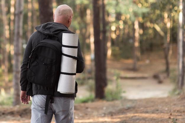 Coup moyen homme marchant sur route