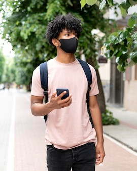 Coup Moyen Homme Marchant Avec Téléphone Photo gratuit