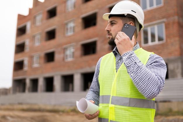 Coup moyen homme parlant au téléphone