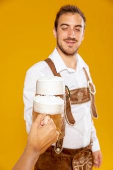 Coup moyen d'homme avec une pinte de bière