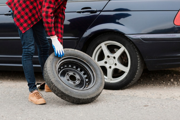 Coup moyen d'homme avec pneu de secours