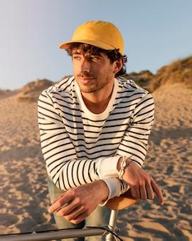 Coup moyen homme portant un chapeau jaune